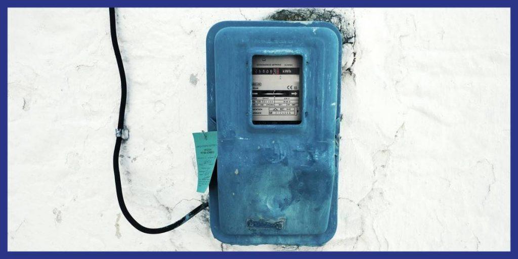 Compteur électrique sur un mur blanc